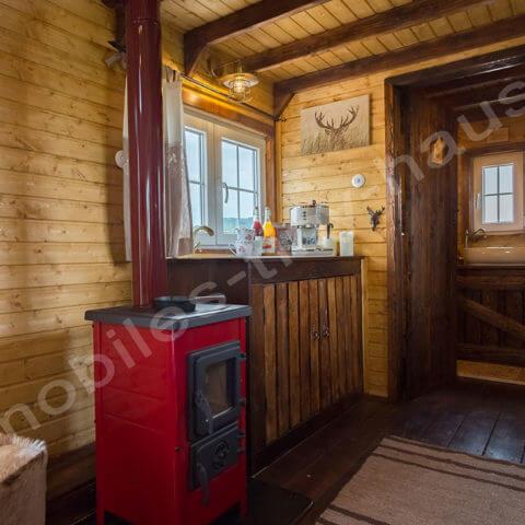 Küchenbereich und Blick in das Badezimmer Holzhaus Schweden
