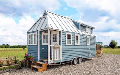 Minihaus auf Rädern aus Holz in Blau